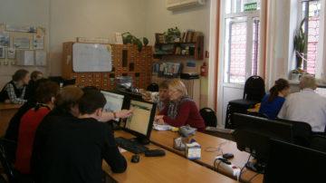 Волонтёры учат пенсионеров компьютерной грамотности